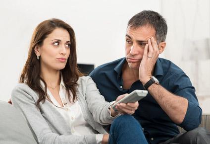Gelangweiltes Paar, dass sich schon länger nichts mehr zu sagen hat.