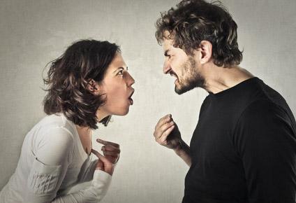 Ein Paar in der Krise. Beide streiten heftig miteinander.