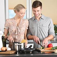 Kochendes, glückliches Paar