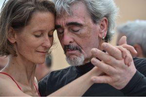 Ein Mann und eine Frau in Portrait Ansicht tanzen Tango mit einem sehr verinnerlichten und gefühlvollen Gesichtsausdruck