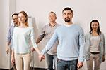 Paare und Singles bei einer Beziehungs-Aufstellung von Limani-Coaching