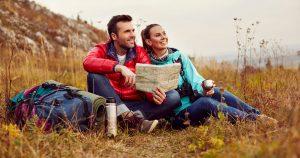 Glückliches Paar beim Wandern nach einer Beziehungs-Aufstellung bei Limani Coaching